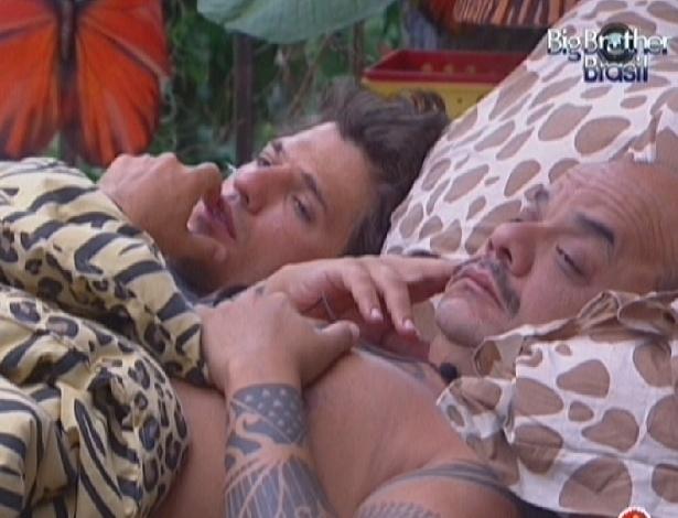 João Maurício e João Carvalho permanecem deitados após música para despertar (12/2/12)