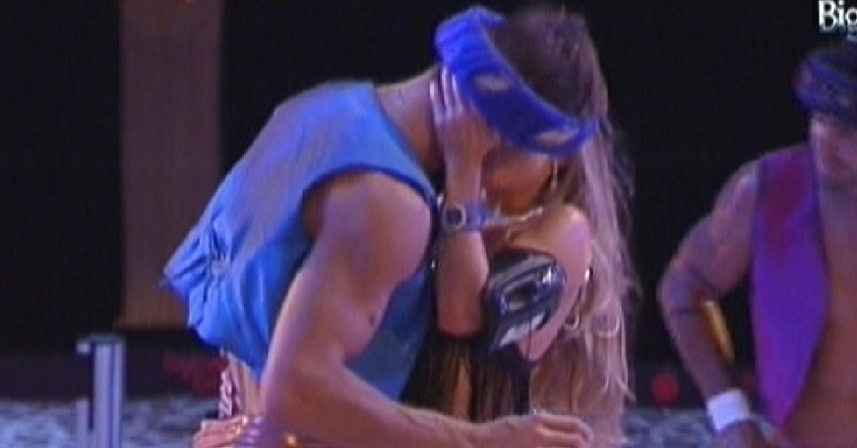 Jonas e Renata se beijam na festa Árabe (11/2/12)