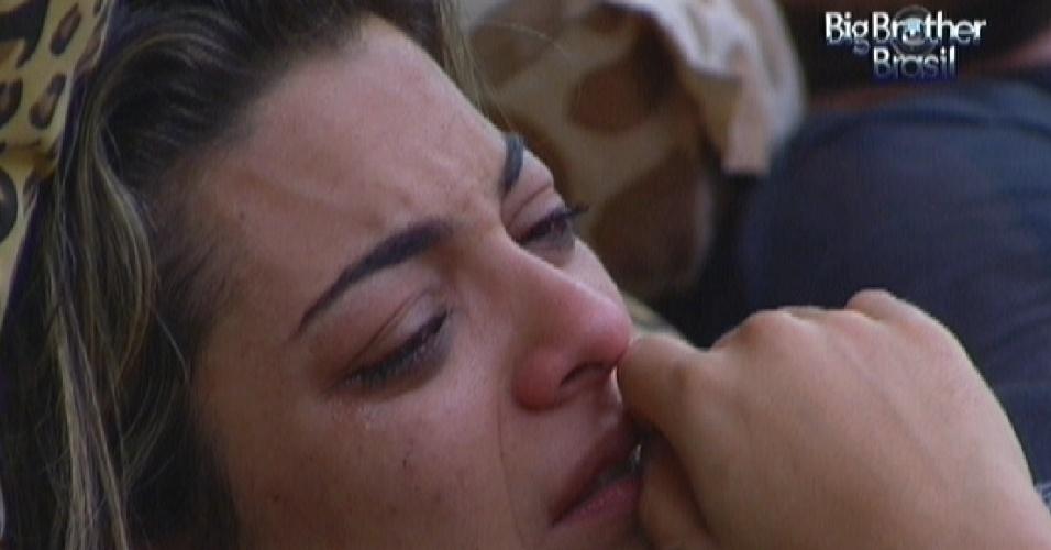 Monique chora porque não consegue mais entrar em suas roupas (12/2/12)