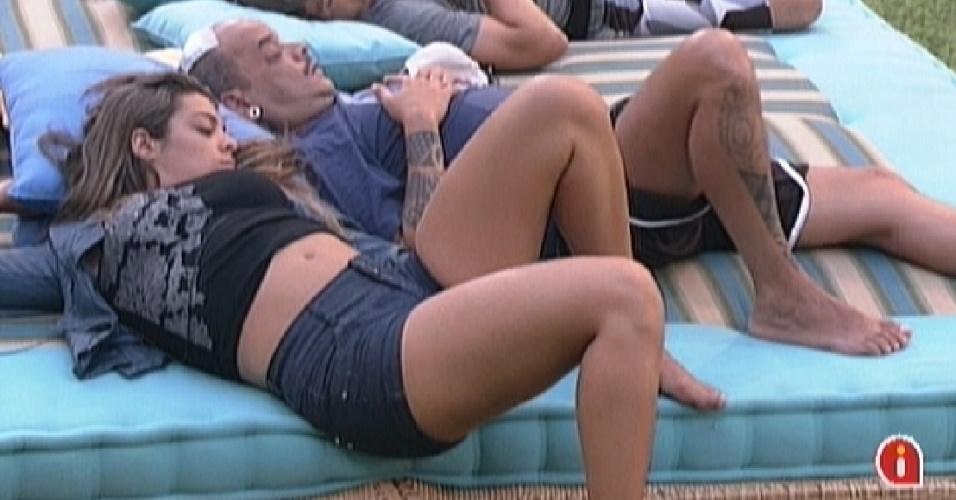 Monique, João Carvalhoe  João Maurício dormem no futon (12/2/12)