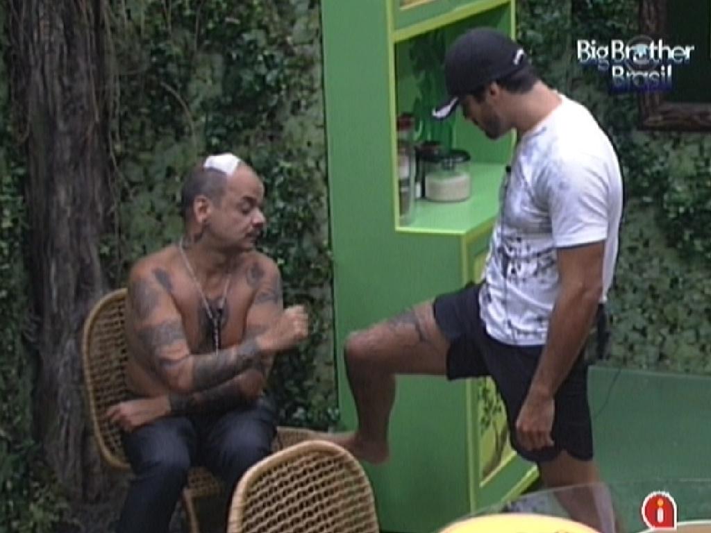 Yuri (esq.) mostra machucado para João Carvalho (dir.) (12/2/12)