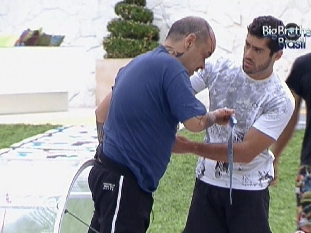 Yuri vê machucado na cabeça de João Carvalho (12/2/12)