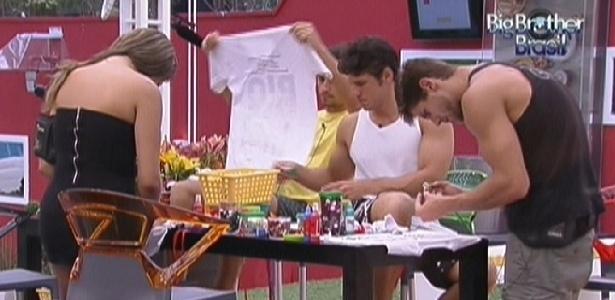 """Após show de Arlindo Cruz, brothers se empenham na customização de camisetas do projeto """"Rio Carnaval Sem Preconceito"""" (13/2/12)"""