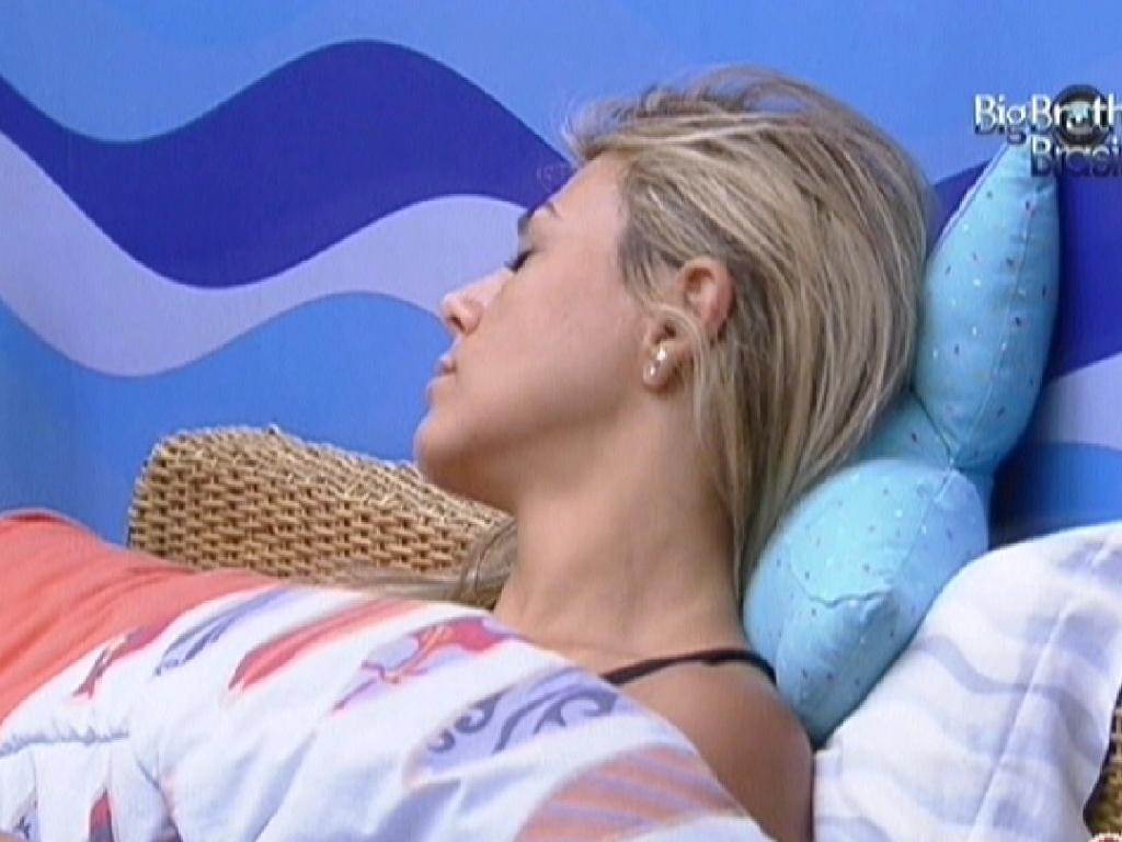 Fabiana acorda, mas fecha os olhos quando começa a tocar música lenta (13/2/12)