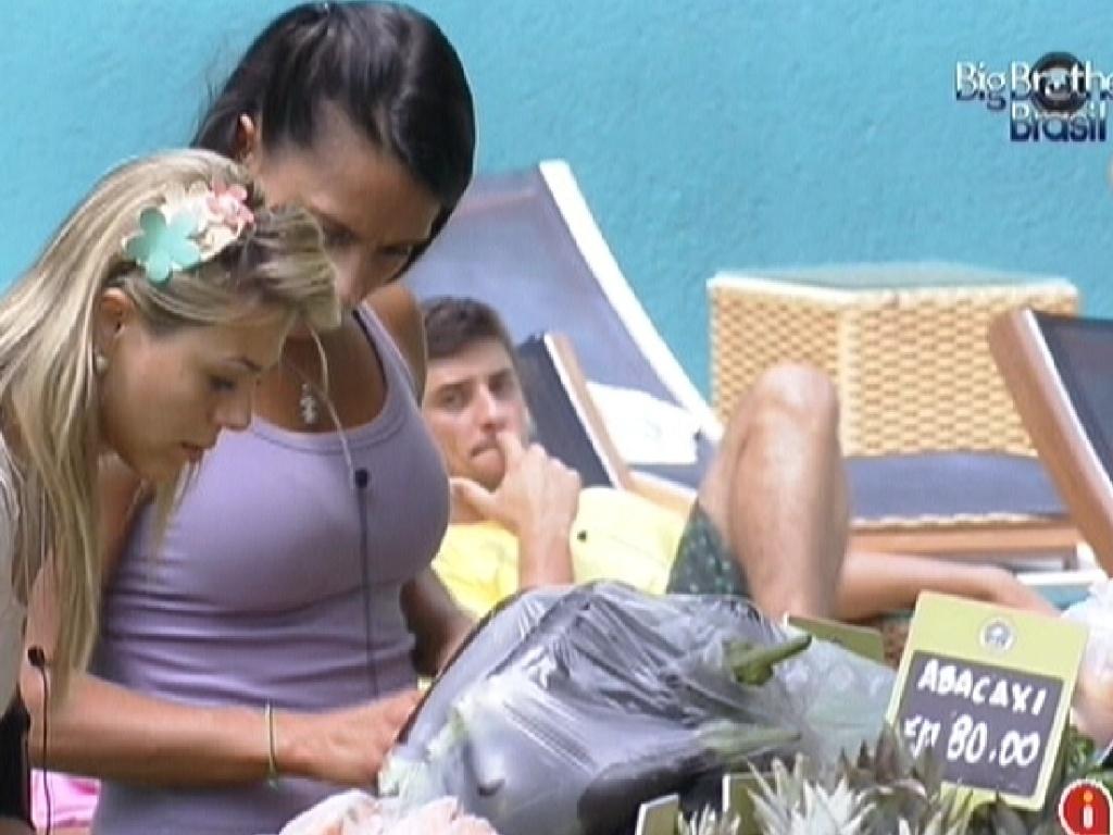 Fabiana e Kelly fazem as compras da semana (13/2/12)