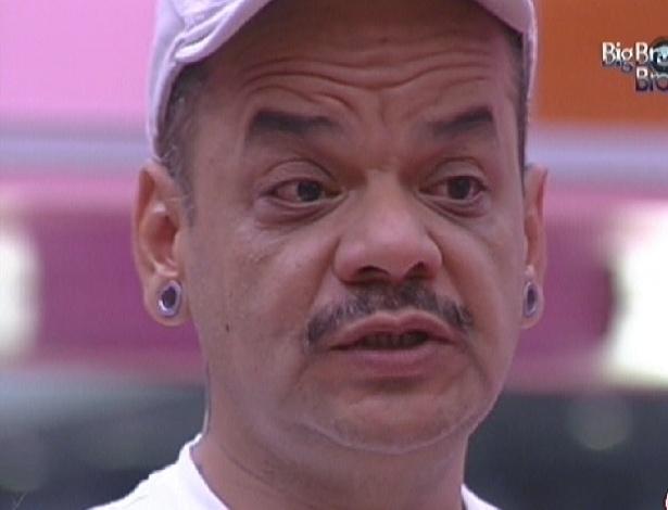 João Carvalho se emociono ao dizer que vai deixar o quarto Praia (13/2/12)