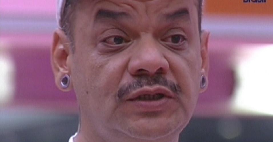 João Carvalho se emociona ao dizer que vai deixar o quarto Praia (13/2/12)