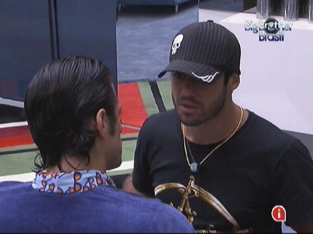 João Maurício diz para Yuri que entende o voto dado pelo lutador (13/2/12)