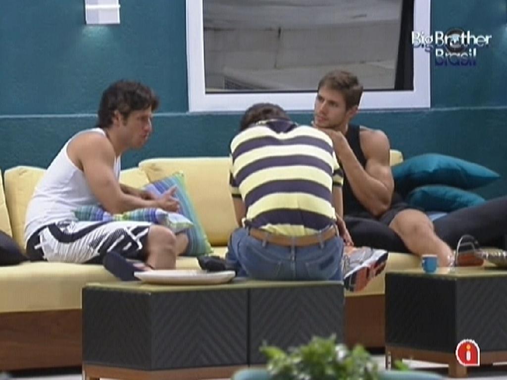 João Maurício, Fael e Jonas conversam na varanda da casa (12/2/12)
