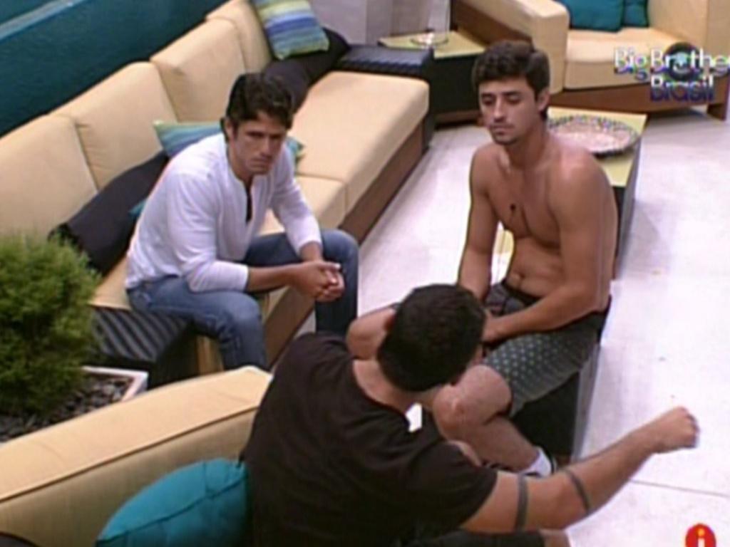 João Maurício, Yuri e Fael conversam sobre o comportamento de João Carvalho (13/2/12)