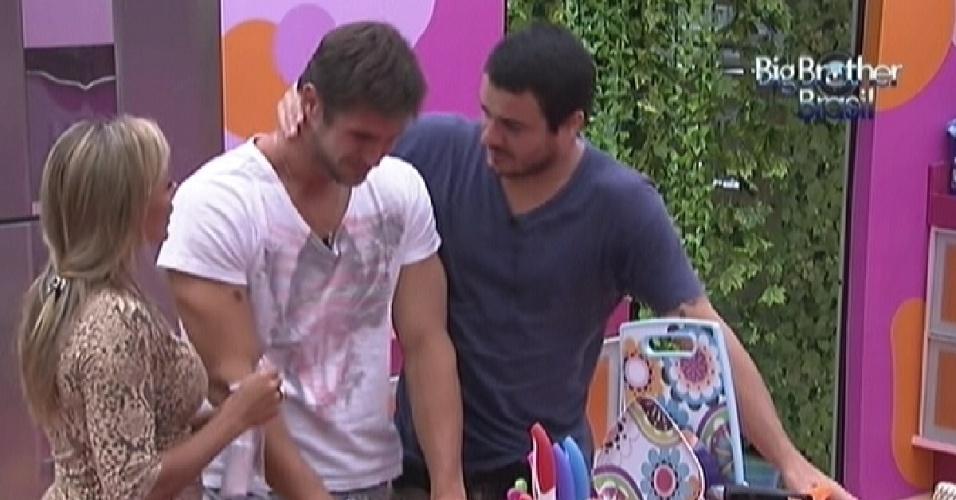Jonas chora e é consolado por Rafa e Fabiana (13/2/12)