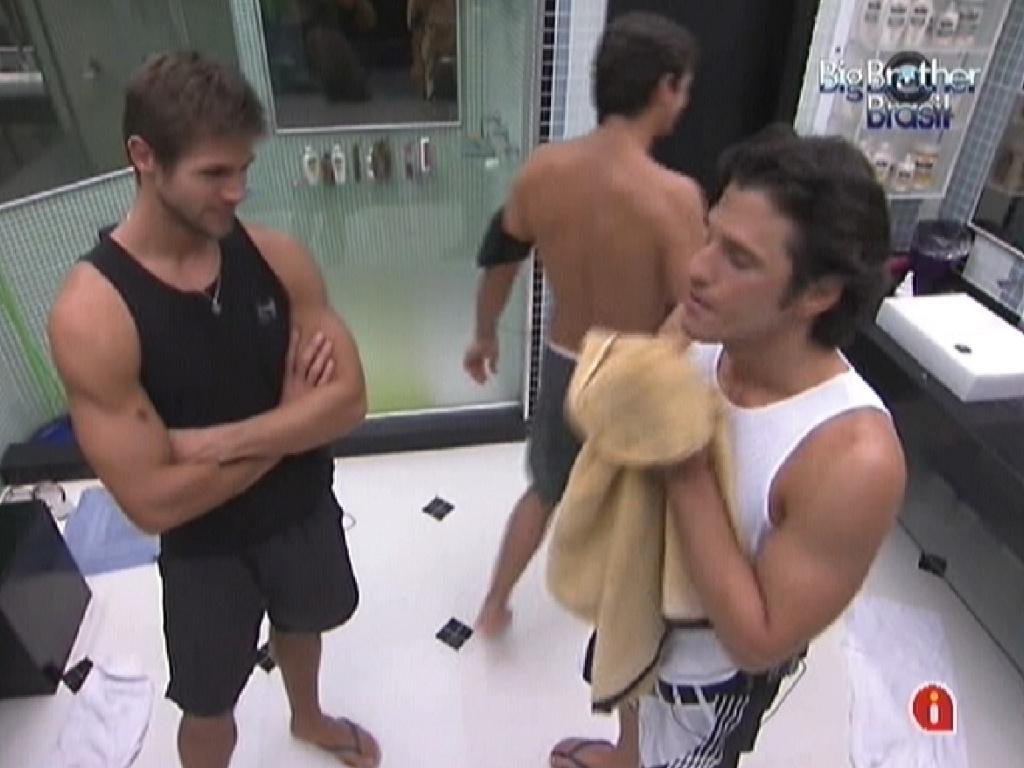 Jonas, João Maurício e Fael fazem sua higiene pessoal no banheiro (12/2/12)