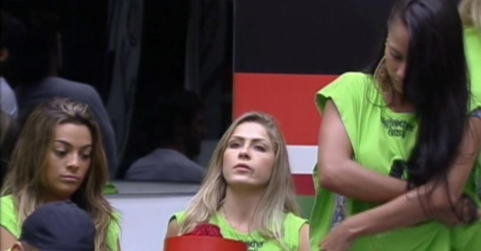 Kelly (dir.) e Fabiana são tiradas da brincadeira que vale 'poder do não' (13/2/12)
