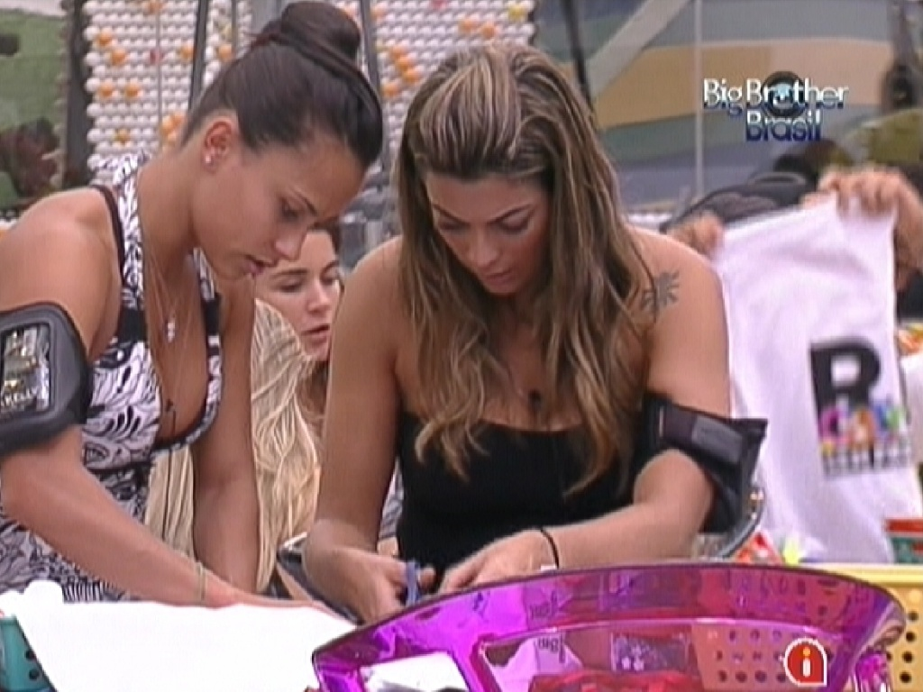 Kelly (esq.) e Monique (dir.) se empenham para customizar camisetas da campanha