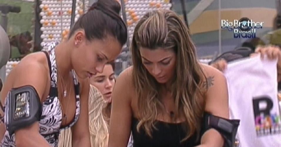 Kelly (esq.) e Monique (dir.) se empenham para customizar camisetas da campanha