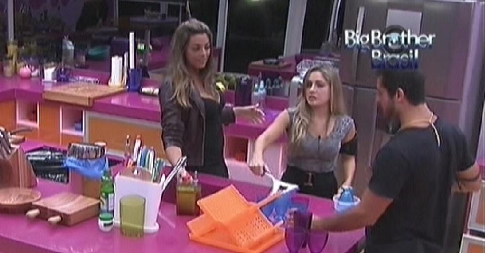 Monique, Renata e Yuri limpam a cozinha depois do jantar deste domingo (12/2/12)