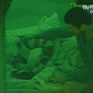 Rafa consola João Carvalho que chora por causa de desentendimento com Jonas (12/2/12)
