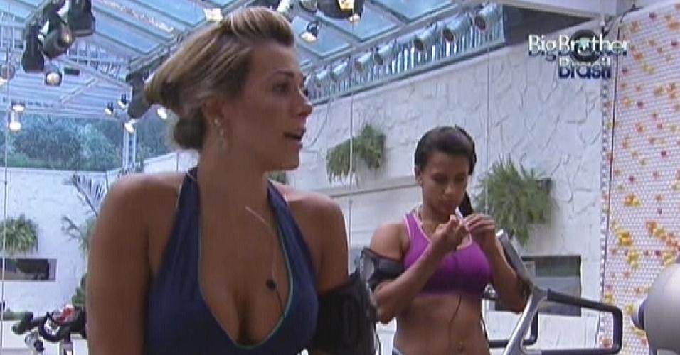 Fabiana (à frente) e Kelly (ao fundo) conversam sobre a importância de atender o Big Fone na próxima semana (14/2/12)