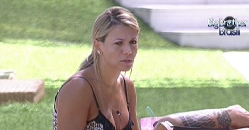 Fabiana chega depois e entra em conversa de João Carvalho com Kelly (14/2/12)
