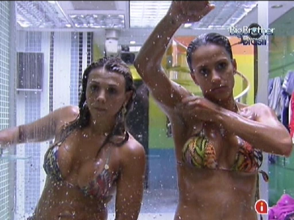 Fabiana (esq.) e Kelly (dir.) toma banho juntas antes do paredão desta terça (14/2/12)