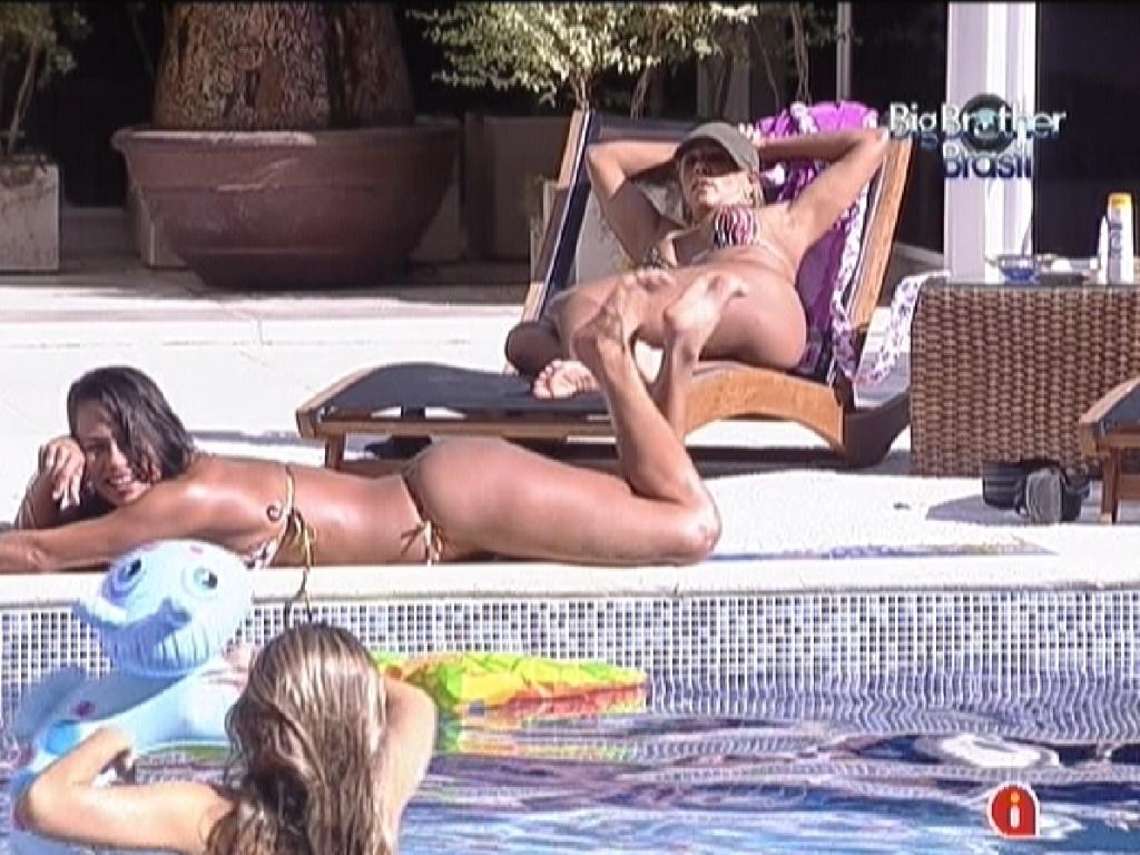 Fabiana (na cadeira), Kelly (deitada) e Renata (na piscina) aproveitam o dia de sol na casa (14/2/12)
