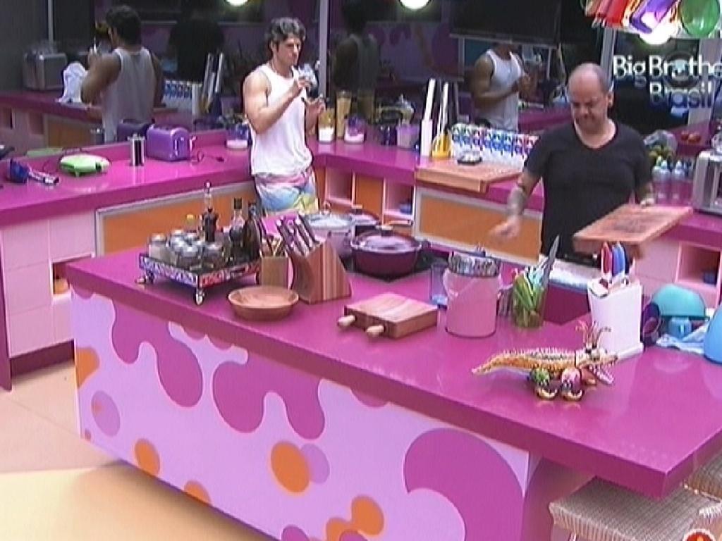 João Carvalho e João Maurício conversam na cozinha (14/2/12)