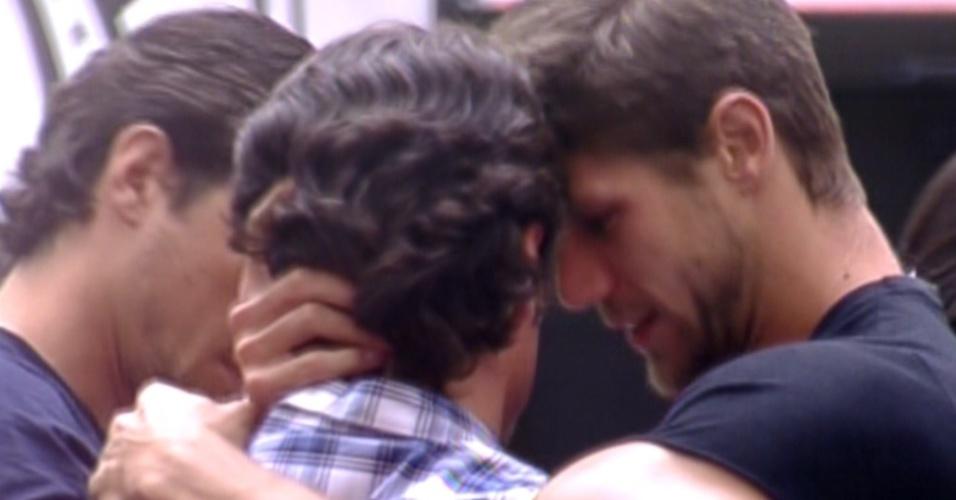 João Maurício e Jonas se abraçam após resultado (14/2/12)