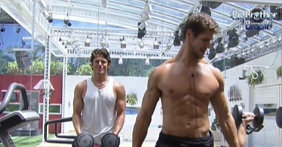 João Maurício (esq.) e Jonas malham na academia da casa (14/2/12)