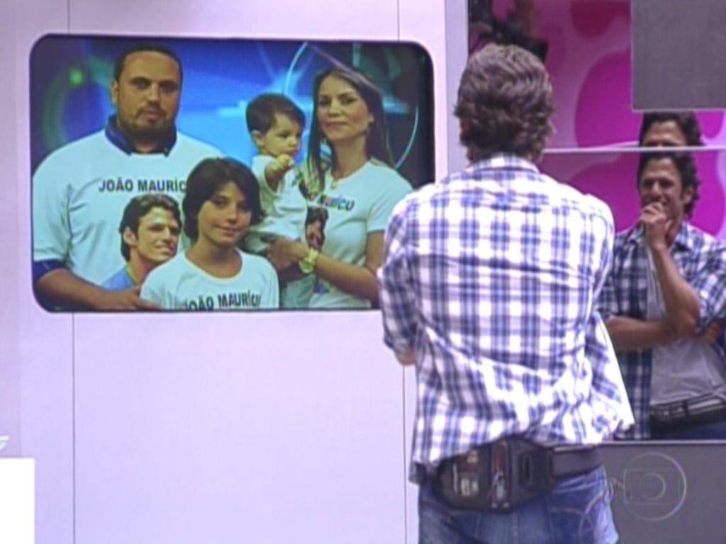 João Maurício vê a família na televisão (14/2/12)