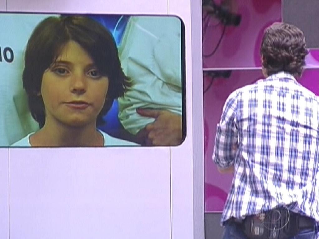 João Maurício vê seu filho mais velho na televisão (14/2/12)