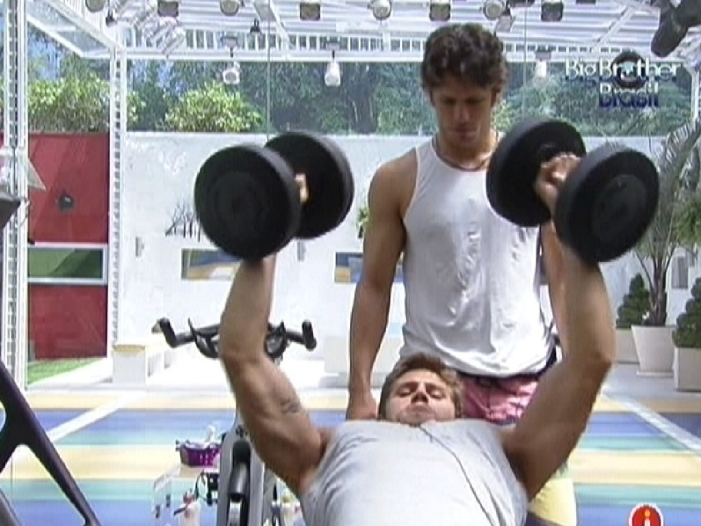 Jonas e João Maurício malham na academia da casa (14/2/12)