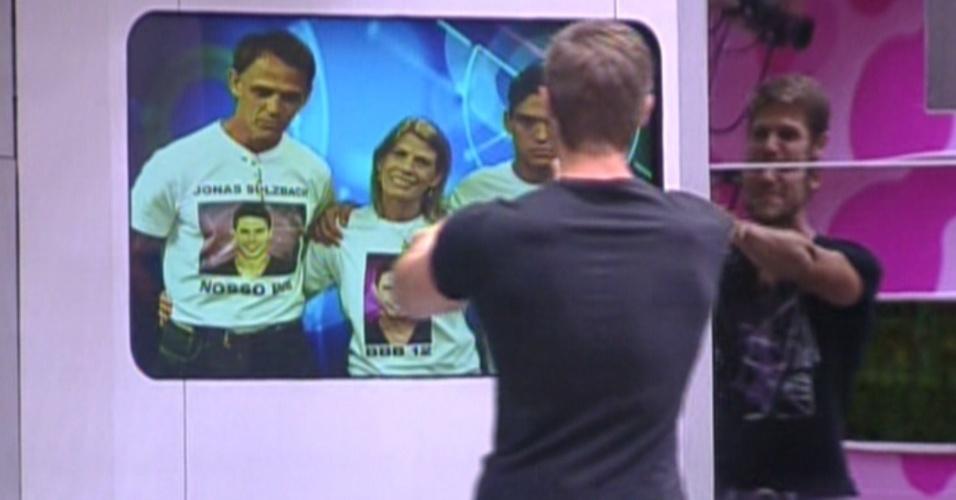 Jonas vê família pela televisão (14/2/12)
