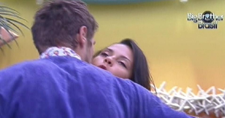 Kelly cumprimenta Jonas com beijo no rosto (14/2/12)