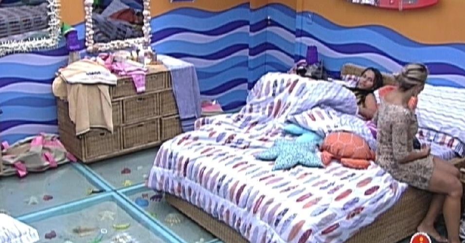 Kelly e Fabiana se preparam para dormir no quarto Praia (13/2/12)