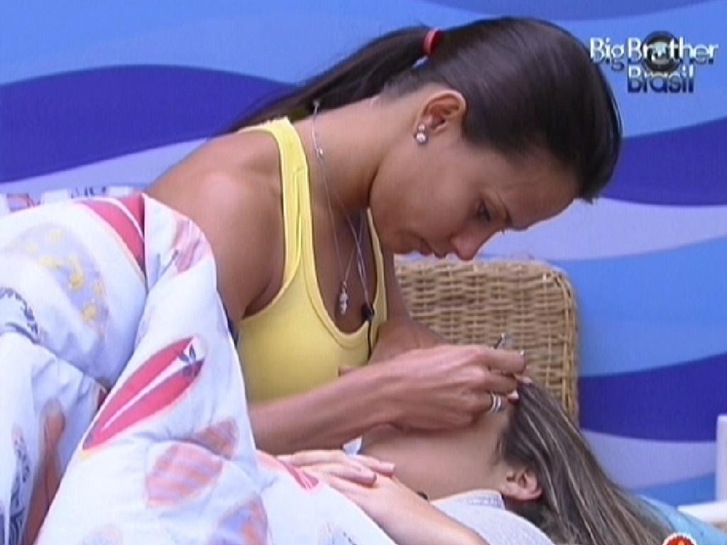 Kelly faz a sobrancelha de Monique com cortador de unhas (14/2/12)