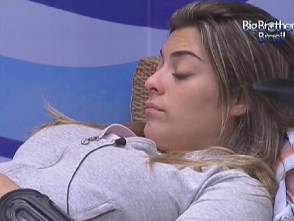 Monique comenta com João Carvalho que está com receio do que esteja acontecendo fora da casa (14/2/12)