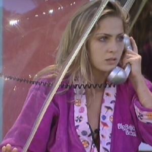 """Renata atende o Big Fone, mas toque é """"alarme falso"""" (14/2/12)"""