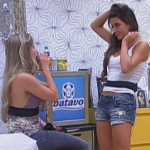 Renata e Laisa conversam no quarto do líder (13/2/12)
