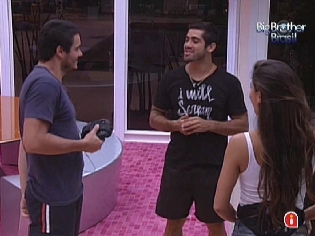 Yuri e Laisa contam para Rafa sobre os quitutes da sessão de cinema do líder (13/2/12)