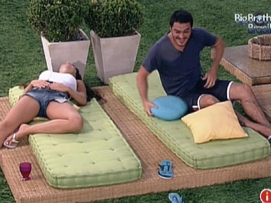 Yuri faz Laisa e Rafa gargalharem com suas imitações dos brothers dançando (13/2/12)