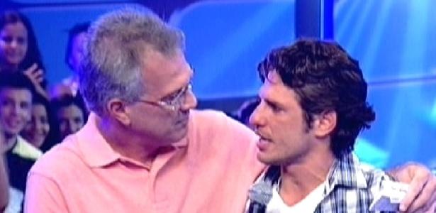 """João Maurício é recebido por Pedro Bial ao ser eliminado do """"BBB12"""" (14/2/12)"""