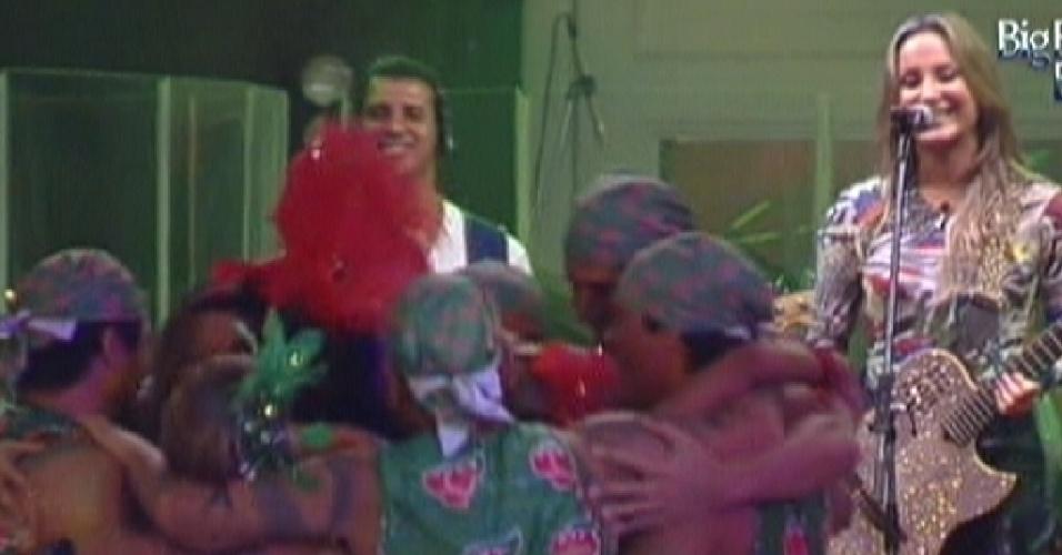 Brothers se abraçam e curtem show da Claudia Leitte (15/2/12)