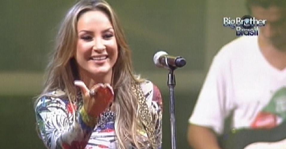 Claudia Leitte manda beijo para os brothers no começo de seu show no BBB (15/2/12)