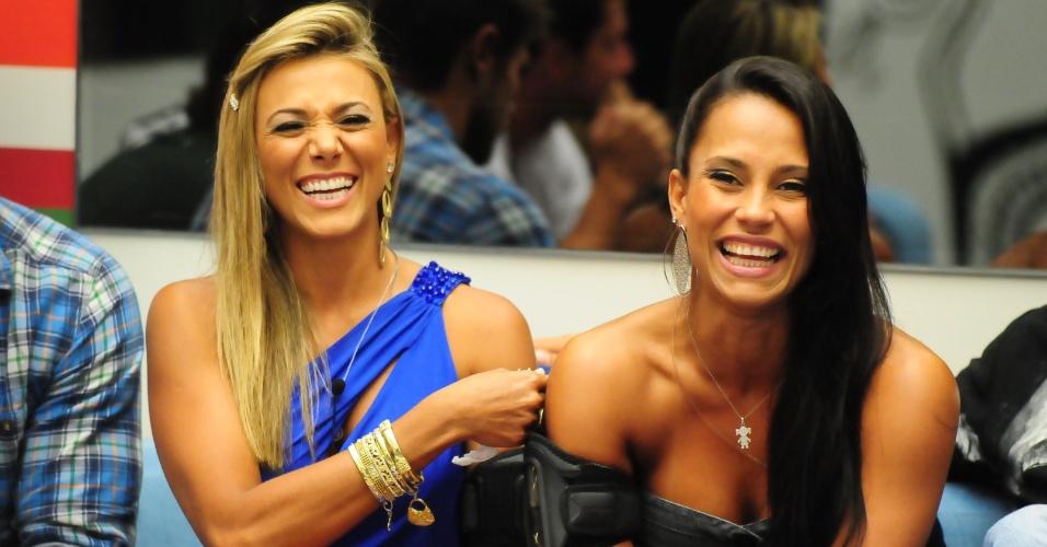 Fabiana e Kelly antes do resultado do paredão em que Ronaldo foi eliminado (8/2/12)