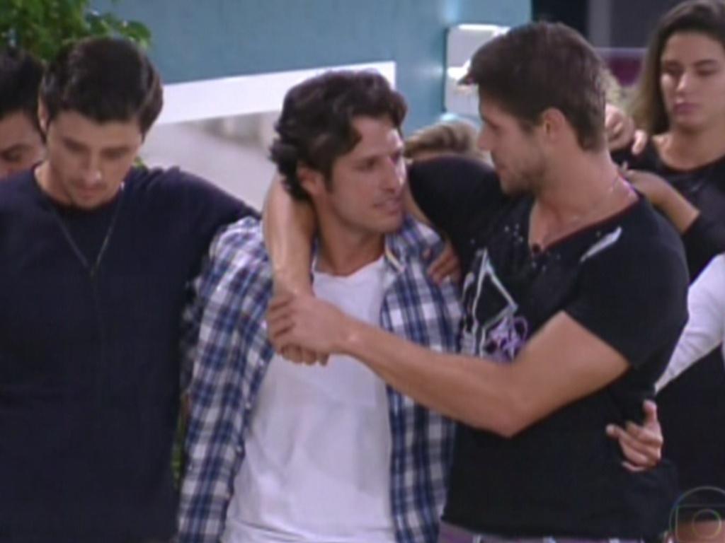 Fael e Jonas abraçam e levam João Maurício até a porta da casa (14/2/12)