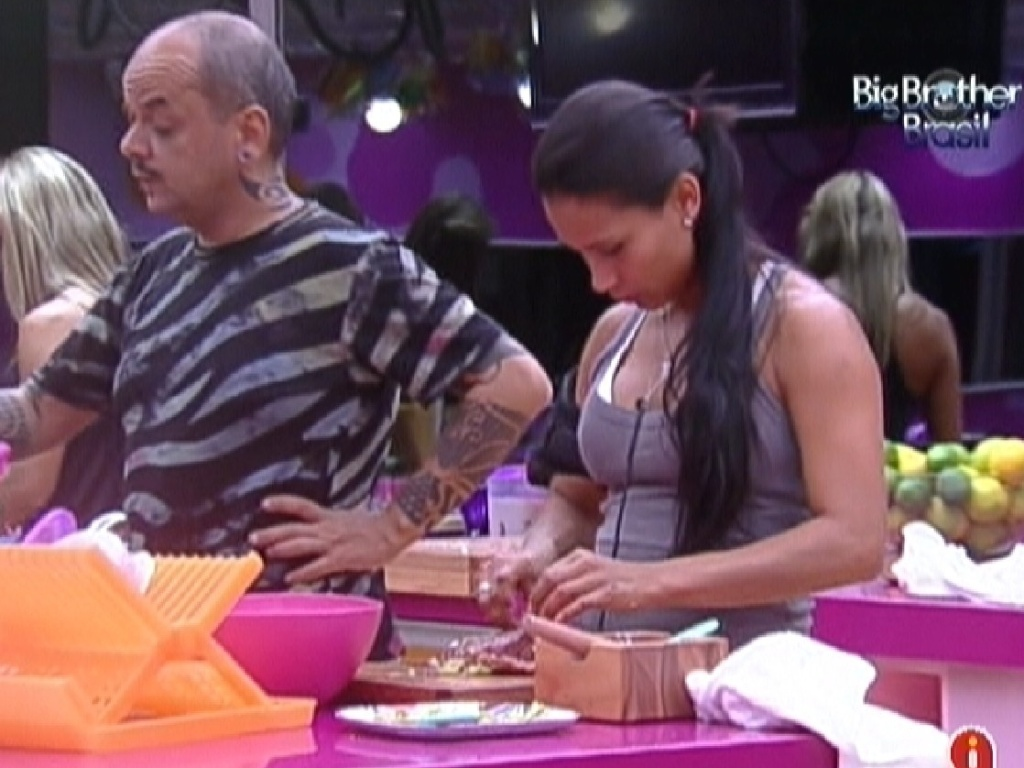 João Carvalho e Kelly começam os preparativos para o almoço (15/2/12)