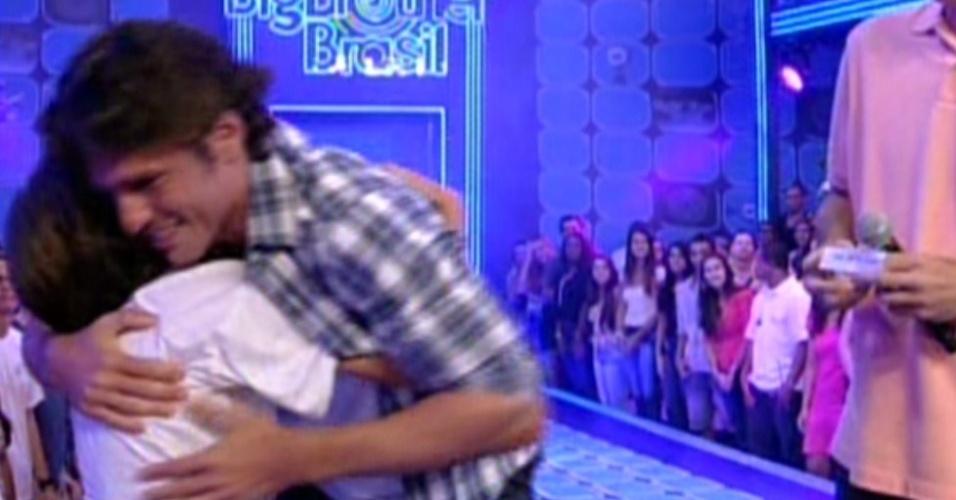 João Maurício abraça seu filho mais velho na plateia (14/2/12)