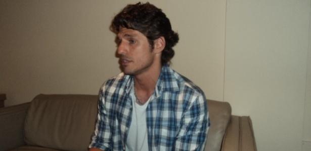 João Maurício fala com jornalistas após sua saída do