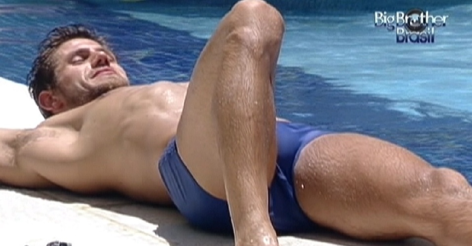 Jonas deita na beira da piscina para aproveitar o sol (15/2/12)