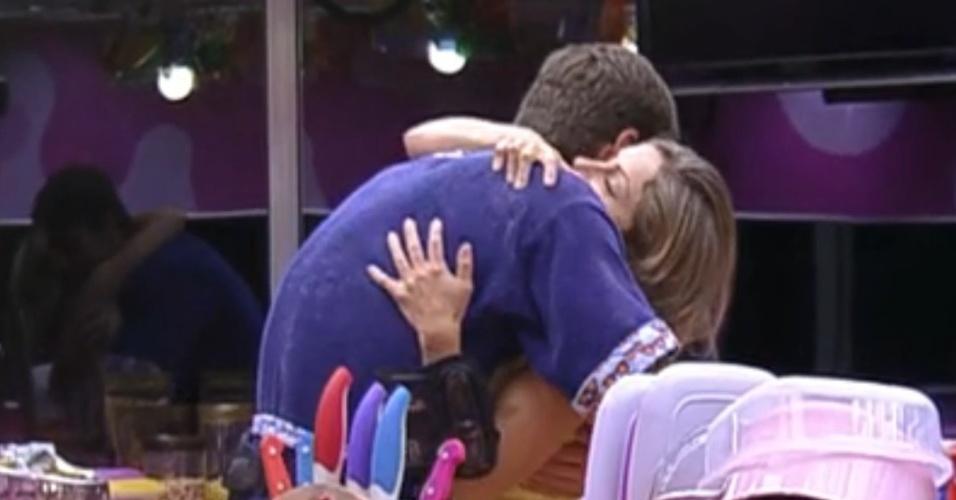 Jonas é abraçado por Renata antes de ir dormir (14/2/12)